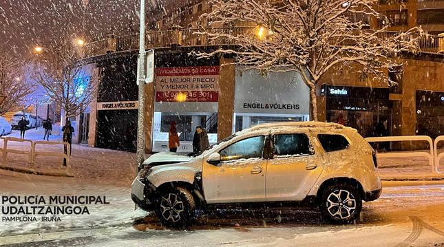 Imagen de uno de los coches implicado en un accidente en medio de la nevada en Pamplona.