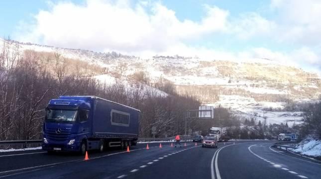 Imagen de las retenciones junto al tunel de Belate debido a la avería de un camión.