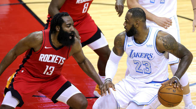 Foto de James Harden y LeBron James, en el partido entre Houston Rockets y Los Angeles Lakers.