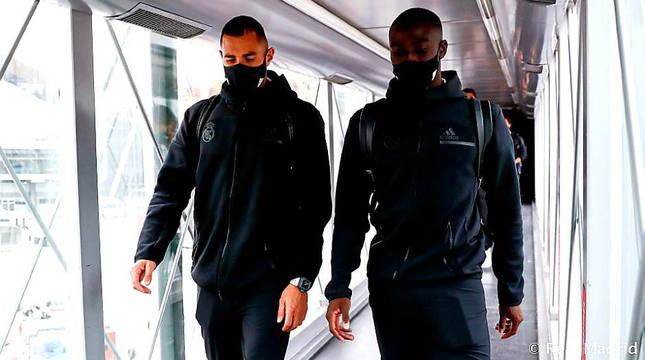 Benzema y Mendy, antes de montarse en el avión del Real Madrid en Barajas.
