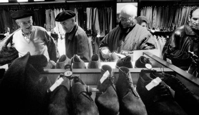 Varios hombres en un comercio de Pamplona, en una imagen tomada el 9 de enero de 1993.