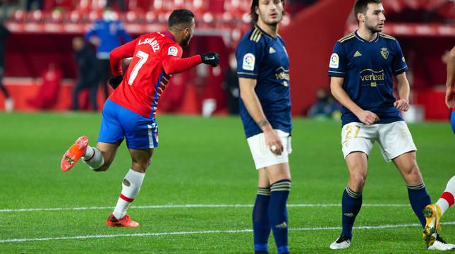 Luis Suárez celebra el gol ante la desesperación de Juan Cruz y Moncayola.