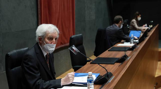 Imagen de un momento de la comparecencia del presidente del Consejo de Transparencia en Navarra.
