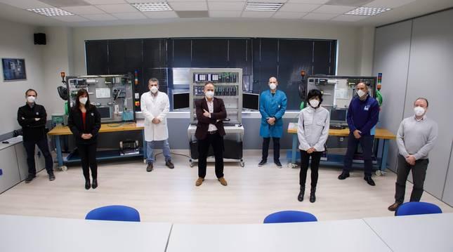 Foto del equipo del laboratorio de conectividad digital de Volkswagen Navarra.