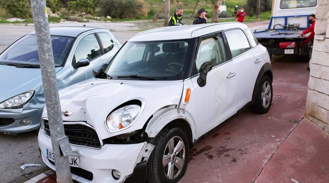 foto de Las mujeres rociadas con ácido en Cártama han salido corriendo del coche y este circuló sin control hasta que ha colisionado con una farola.
