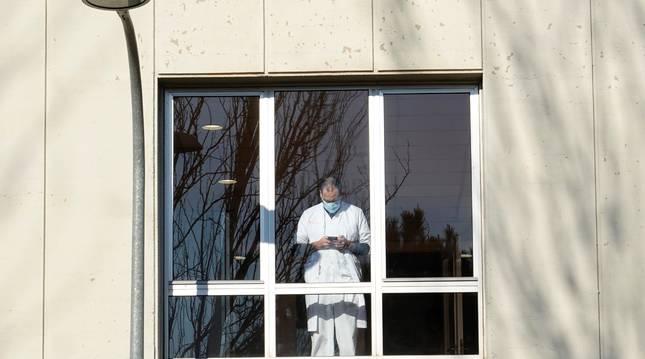 Un profesional sanitario durante un descanso en el Hospital Duran i Reynals.