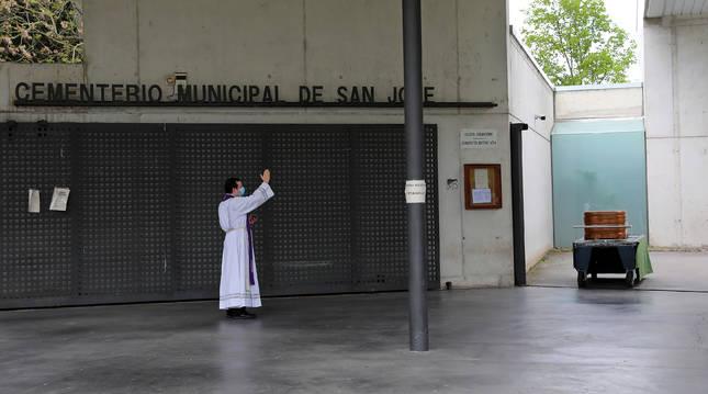 Responso solitario en los momentos más duros de la pandemia en el cementerio de Pamplona.