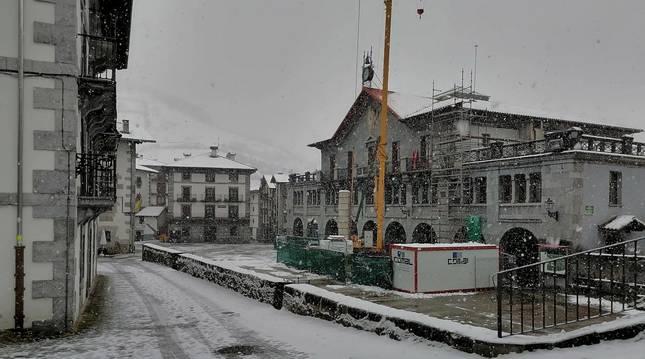 Detalle de la plaza de Leitza, donde se alza la Casa Consistorial, salpicada de nieve el sábado pasado.