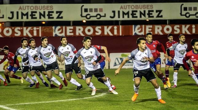 Los jugadores del Tudelano defienden un saque de falta del Calahorra.