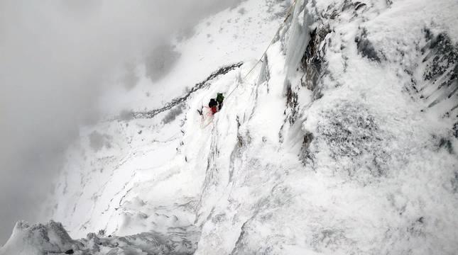 Galería de imágenes de Mikel Zabalza, Ekaitz Maiz y Gorka Karapeto escalando en hielo en el morro inferior del Beriáin-San Donato.