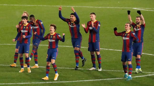 Los jugadores del Barça celebran uno de los goles de la tanda penaltis.