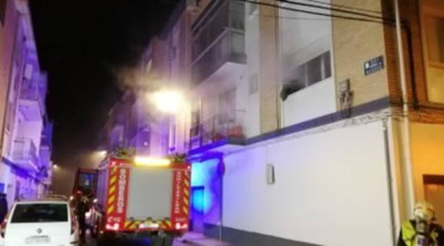 Un camión de bomberos en la vivienda que se ha incendiado este miércoles en Marcilla