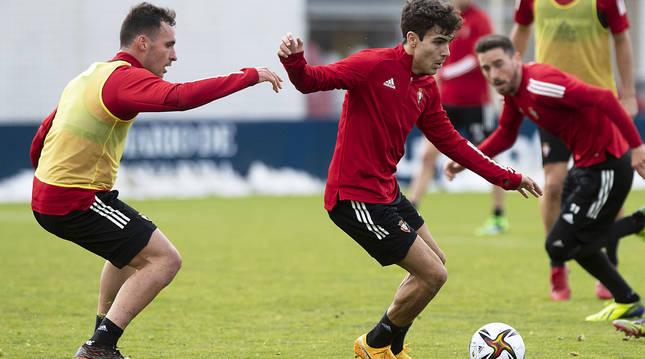 Manu Sánchez protege el balón ante al presión de Unai García.