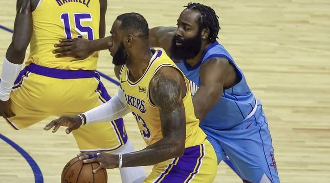 Foto de LeBron James y James Harden, en el encuentro entre Los Angeles Lakers y Houston Rockets.