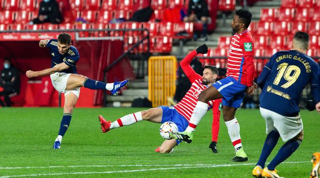 Este disparo de Lucas Torró golpeó un defensa pero no sorprendió a Rui Silva, que atrapó sin problemas el esférico.