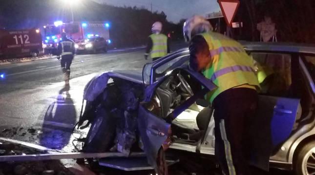 Estado en el que quedó el automóvil tras colisionar con el camión.