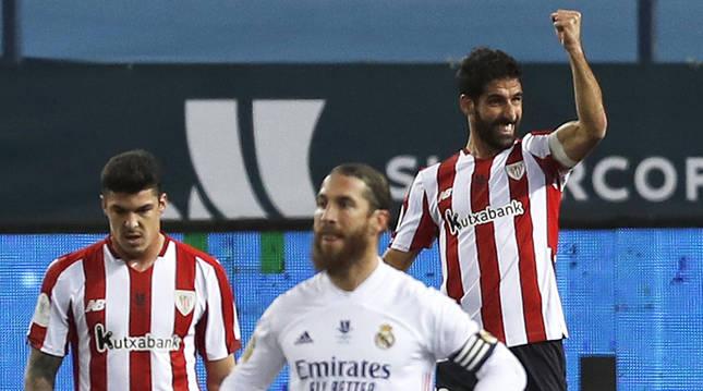 El navarro Raúl García celebra uno de sus dos goles contra el Real Madrid.