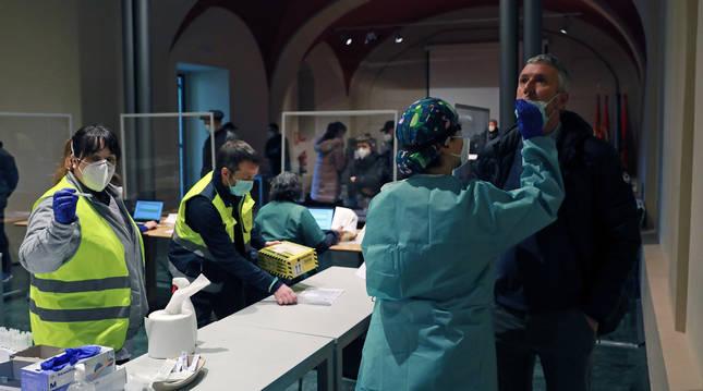 Una decena de sanitarios se encargaron de llevar a cabo el cribado de Lumbier.