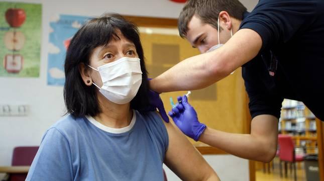 Comienzo de la vacunación a sanitarios y grandes dependientes en Navarra