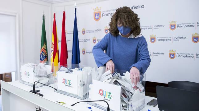 La concejala de Turismo, Carmen Alba, en el momento del sorteo de los ganadores del concurso 'Quiz Pamplona'.