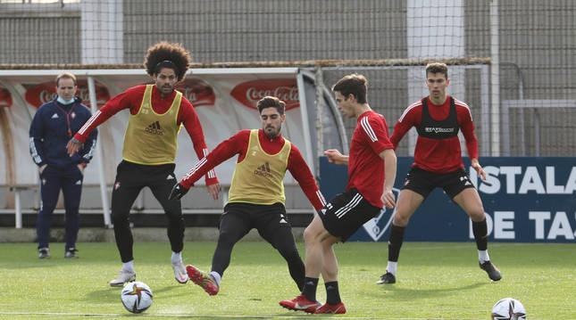 Osasuna. Iñigo Pérez golpea el balón junto a Vidal, Aridane y Torró.
