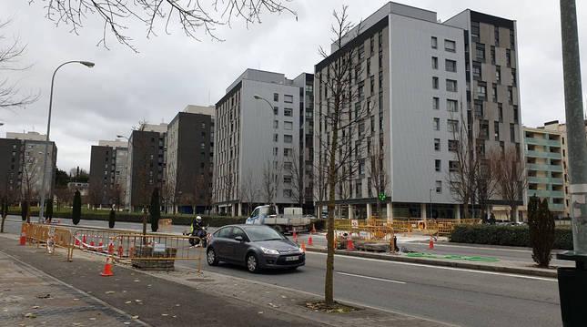 Foto de las obras que darán pie a un nuevo paso peatonal entre ambos barrios.