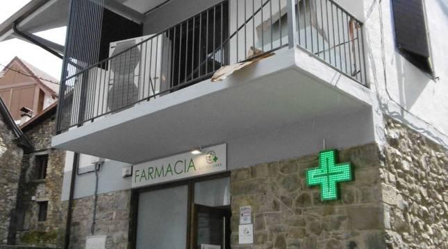 Fachada del edificio municipal una vez rehabilitado, farmacia más vivienda en la parte superior.