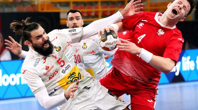 El polaco Olejniczak pugna con el español Maqueda durante el encuentro.