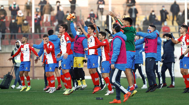 Los jugadores del Navalcarnero celebran la victoria contra el Eibar en la Copa del Rey ante su afición.
