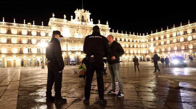 Agentes de la Policía Local y Nacional en Salamanca este sábado para controlar que los ciudadanos cumplían con el nuevo toque de queda.