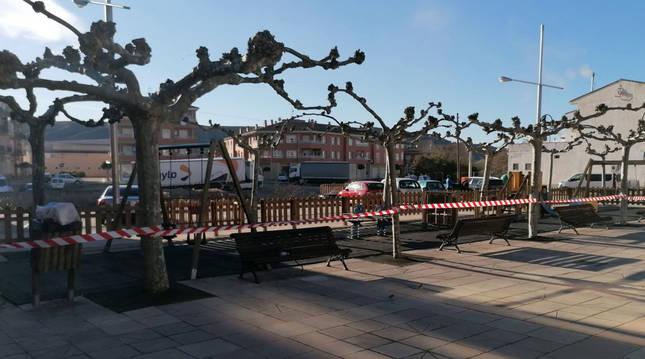 Foto del parque infantil de la plaza de San Cosme y San Damián, cerrado.
