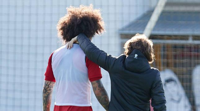 Foto de Aridane, jugador de Osasuna, retirándose de un entrenamiento por molestias.