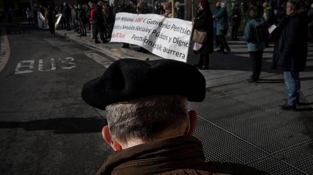 Manifestación de pensionistas navarros integrados en las organizaciones Amona, Oneka, Pentsionistak Martxan y Sasoia.