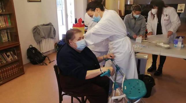 Una mujer recibe la primera dosis de la vacuna en la Misericordia de Tudela.