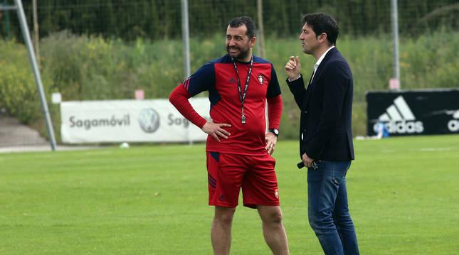 Foto de Diego Martínez, cuando era entrenador de Osasuna, y Braulio.