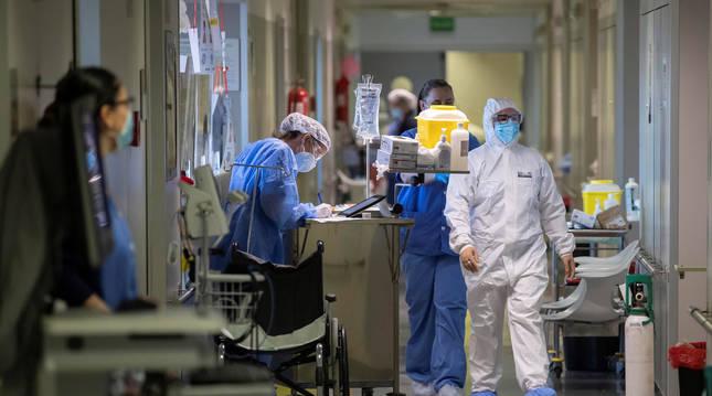 Foto de sanitarios en la quinta planta covid del hospital Reina Sofía de Murcia.
