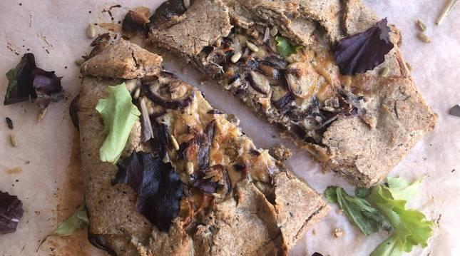 Esta galette integral es una de las tres recetas con champiñones de hoy.
