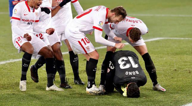 Foto del guardameta marroquí del Sevilla, Yassine Bounou, felicitado por sus compañeros tras detener el penalti.