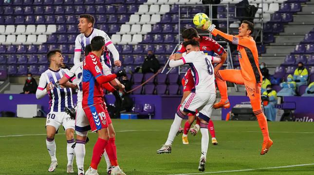 Foto del portero del Valladolid Jordi Masip (d) despea un balón durante el encuentro.