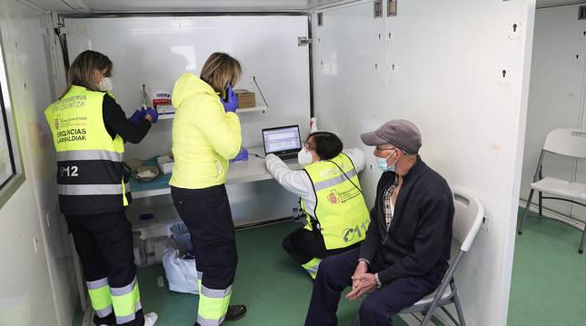Un hombre espera a ser vacunado en uno de los módulos que incorpora la unidad móvil.