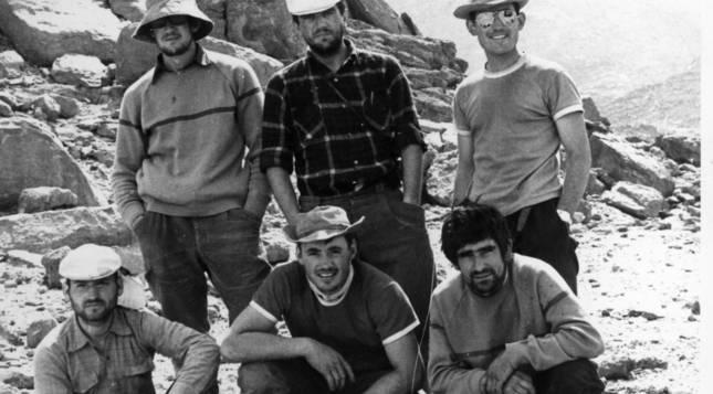 EN LA 'MONTAÑA DE LOS ESPÍRITUS'. De izquierda a derecha, en la fila de  arriba: Iñaki Tapia, Daniel Bidaurreta y  Gregorio Ariz. Abajo: Carlos Santaquiteria, José Ignacio Ariz y Abel Alvira. El grupo posa al pie de La Garet el Djeneum, la 'montaña de los espíritus' y cumbre sagrada para los tuaregs, donde realizaron varias escaladas en roca (una de tres días de duración).