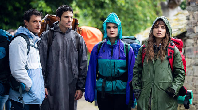 Una imagen de la serie '3 Caminos', con Álex González y Verónica Echegui.