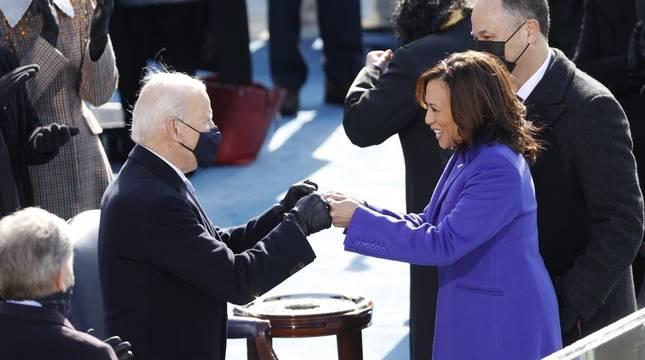 Joe Biden, junto con Kamala Harris, en la escalinata del Capitolio.