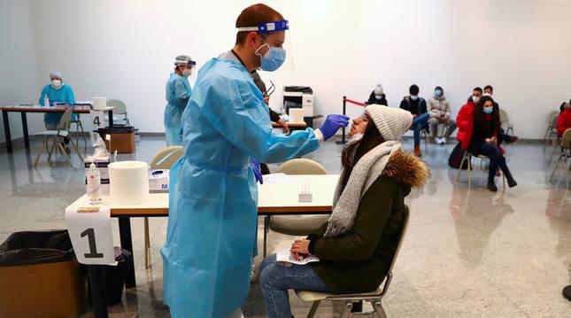 Foto de una joven, durante una prueba de antígenos en Madrid.