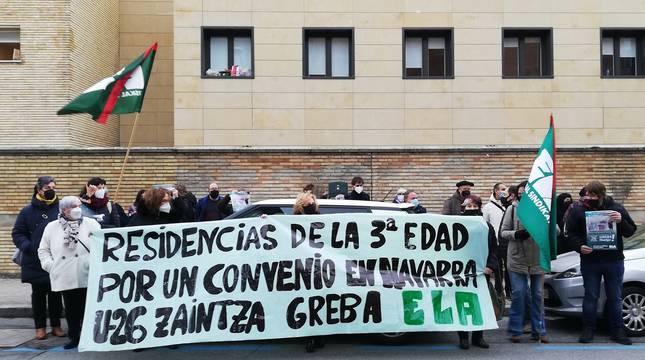Un momento de la concentración frente al departamento de Derechos Sociales.