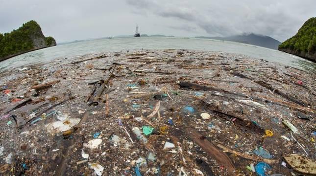 Residuos en una playa de la isla indonesia de Raja Ampat.