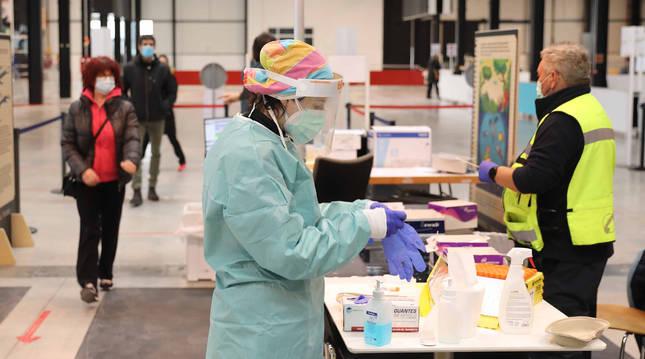 Varias personas esperan para realizarse una PCR en Refena.