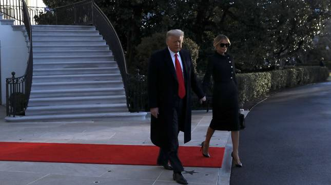Donald Trump y su esposa Melania abandonan la Casa Blanca por última vez.