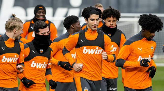Carlos Soler encabeza el entrenamiento del Valencia C.F. este miércoles, previo al choque contra Osasuna.