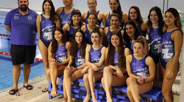 Imanol Maiza, junto a sus jugadoras, el miércoles pasado en la piscina del Polideportivo de la UPNA.